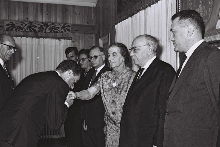 Office of the Israeli President Zalman Shazar, August 19, 1965. Reception for the German Ambassador Rolf Pauls, who holds his inaugural address in German, and then – entirely misjudging local customs – kisses Foreign Minister Golda Meir on the hand. © Government Press Office (GPO), Moshe Pridan