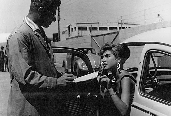 Felix Burian talking to a customer, Tel Aviv, 1960 © Felix Burian, private collection