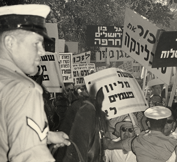 Demonstration gegen die Amtseinführung des deutschen Botschafters Rolf Pauls, Jerusalem, 1965   © Ghetto Fighters House, Michael Maor