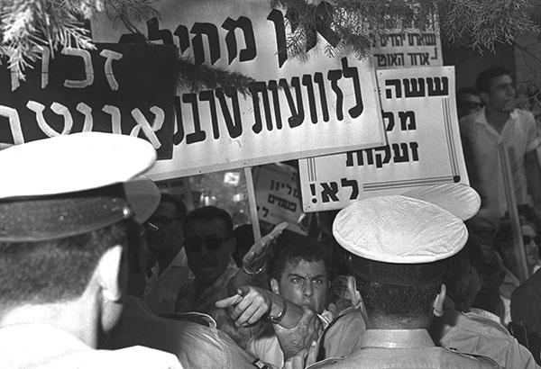 Demonstration vor dem Amtssitz des Präsidenten während der Akkreditierungszeremonie für den deutschen Botschafter Rolf Pauls, Jerusalem, 19.08.1965